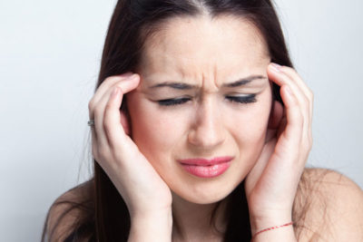 Голова болит в области лба и давит на глаза